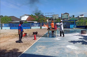 Pelatihan Pemadam Kebakaran Kepada Guru dan Karyawan SMPI Al Hasanah